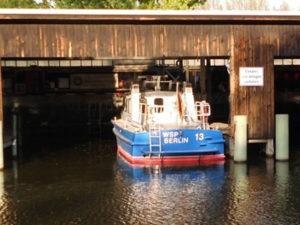 Boot der WSP Berlin im Schuppen - Von Dr. Karl-Heinz Hochhaus - Eigenes Werk, CC BY 3.0, https://commons.wikimedia.org/w/index.php?curid=25984439