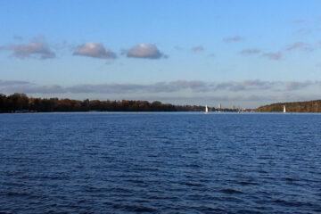 Leere Havel, ein Paar Segler voraus, blauer Himmel