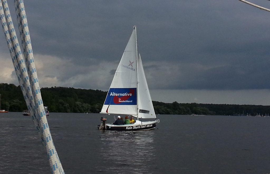 Segelboot mit Afd-Werbung im Segel ...